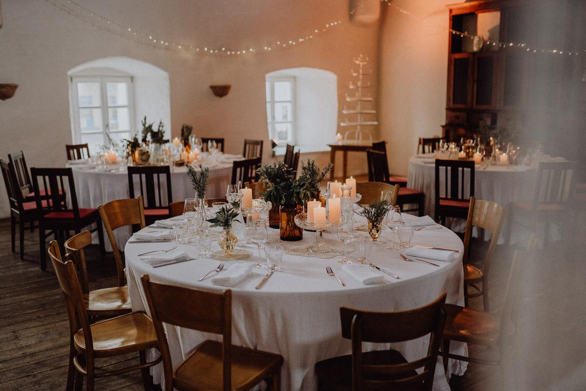 Dekoration im Sudhaus mit runden Tischen
